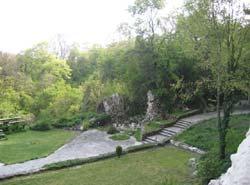 Манастирът се намира сред прекрасния природен парк Златни пясъци